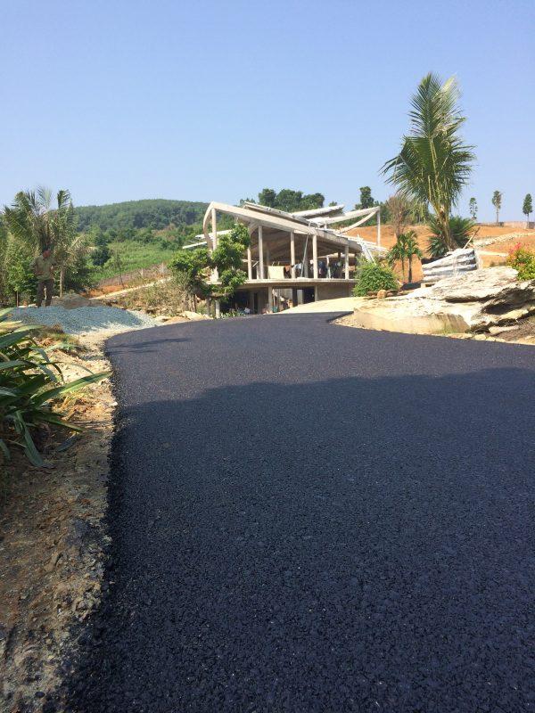 Hoàn thiện sơ bộ rải thảm đường vào resort