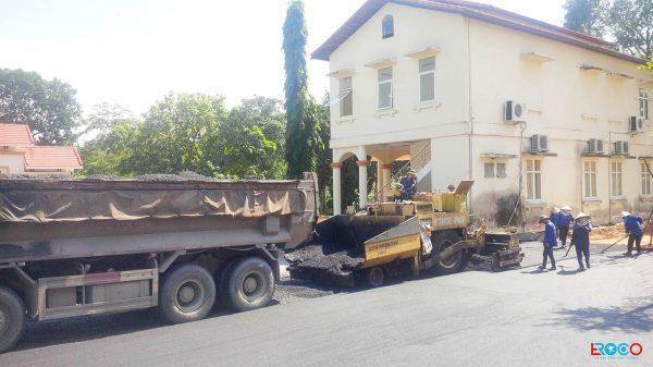 Thảm bê tông nhựa nóng tại Ban cơ yếu chính phủ tỉnh Vĩnh Phúc - xe chở và máy rải thảm