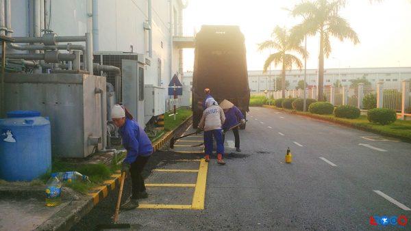 Nhân công trải thảm bê tông nhựa nóng tại nhà máy Molex