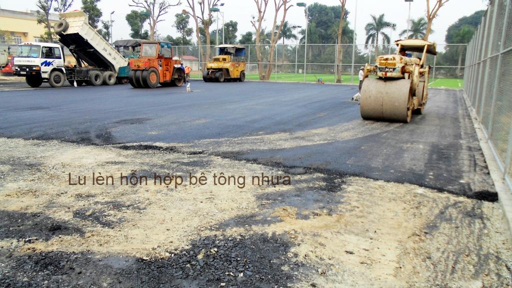 Lu lèn hoàn thiện bề mặt hỗn hợp asphalt của sân tennis