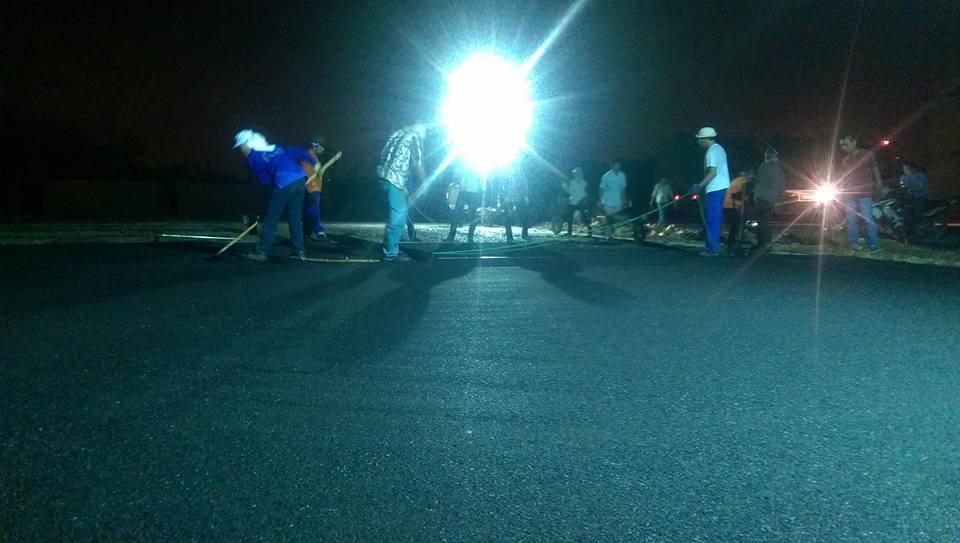 Rải thảm asphalt nền sân tennis bằng bê tông nhựa nóng asphalt