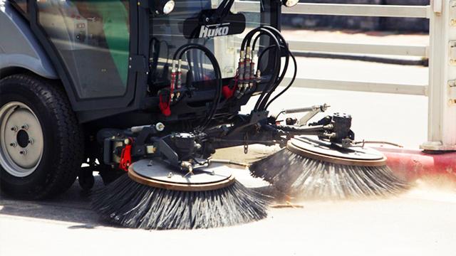 Vệ sinh nền đường bằng máy hút bụi trước thi công sơn vạch đường